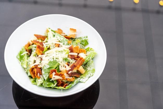 흰 접시에 시저 샐러드