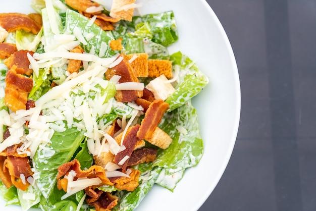 흰색 접시에 시저 샐러드