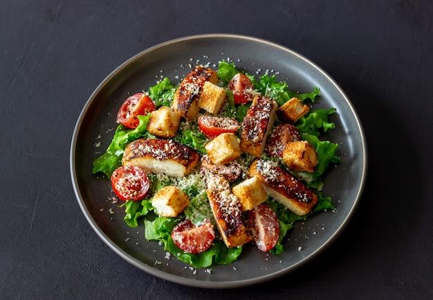 닭고기와 시저 샐러드. 건강한 식생활. 다이어트. 국가 요리법.