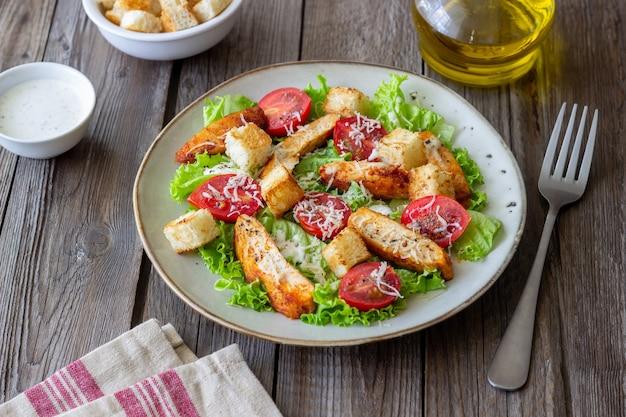치킨 시저 샐러드. 건강한 식생활. 다이어트. 조리법.