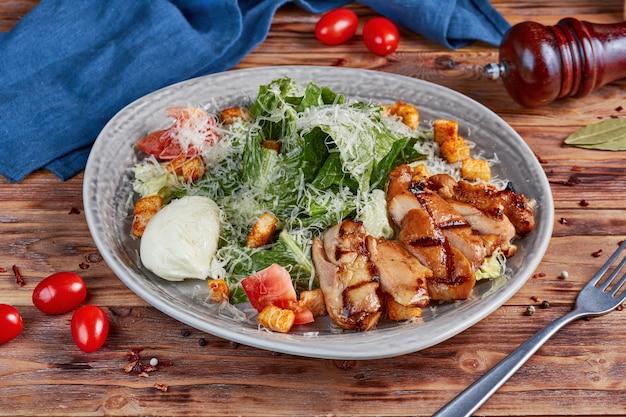 チキンのシーザーサラダ、木製
