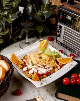 Салат цезарь с лососем и крекерами