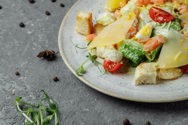 연어와 신선한 야채와 시저 샐러드. 평면도.
