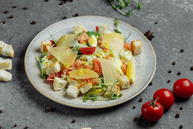 Салат цезарь с лососем и свежими овощами. вид сверху.