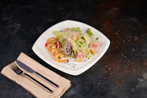 해산물과 새우, 배경 어두운 시저 샐러드