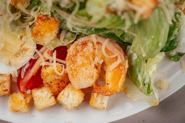 Салат цезарь с креветками и гренками