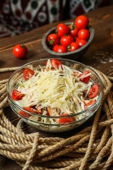 Vista laterale delle acciughe del pollo del pomodoro parmigiano dei cracker dell'insalata di caezar