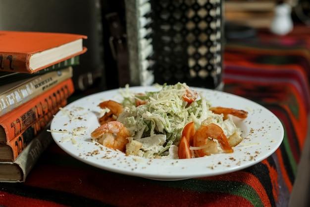 Салат цезарь, крекеры, пармезан, томатные креветки, анчоусы, вид сбоку