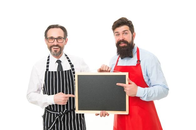 카페&레스토랑 오픈. 메뉴 기획. 앞치마에 행복 요리사 팀입니다. 외식업. 보드에 오신 것을 환영합니다. 파트너는 시작을 축하합니다. 칠판, 복사 공간 수염된 남자입니다. 카페 메뉴 발표.
