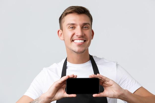 Кафе и рестораны, владельцы кафе и розничная концепция крупным планом, выстрел веселого улыбающегося бариста ...