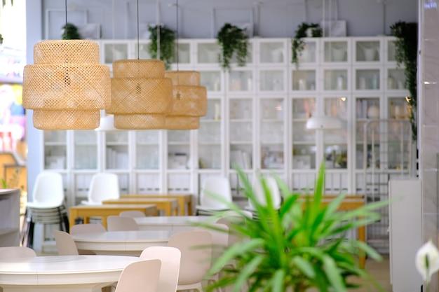 ショッピングとエンターテイメントの複合施設にオープンする前のカフェ。