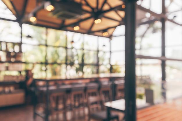 나뭇잎 밝은 배경으로 defocused 카페 커피 숍 인테리어 추상 흐림