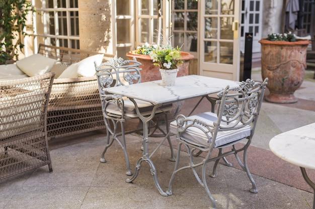 Концепция кафе, кофейни, таверны и ресторана - пустые столы между обедами в европе