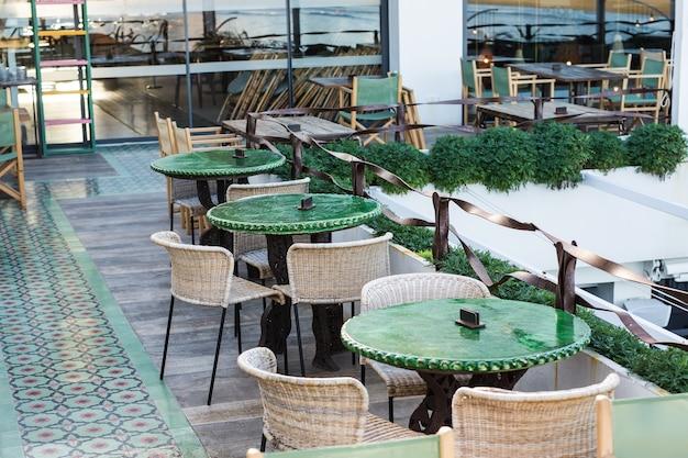 カフェ、コーヒーショップ、居酒屋、レストランのコンセプト-すぐに使える屋外ストリートカフェテーブル。