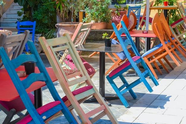 Кафе разноцветные стулья греция корфу