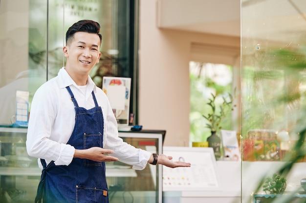 顧客を歓迎するカフェオーナー