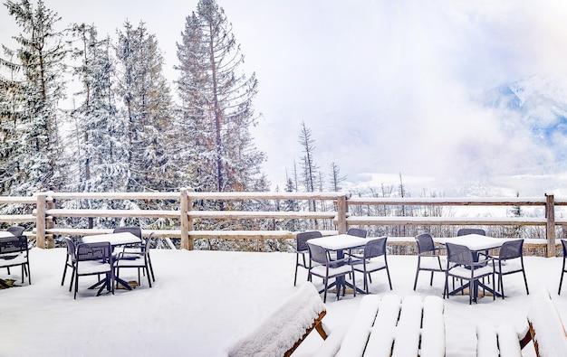 눈 덮인 겨울에 산에 카페.