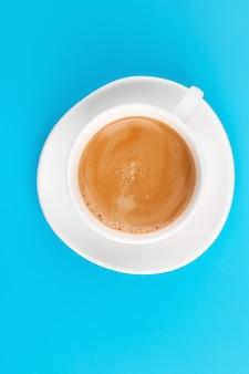 青い背景の上のカフェカップ