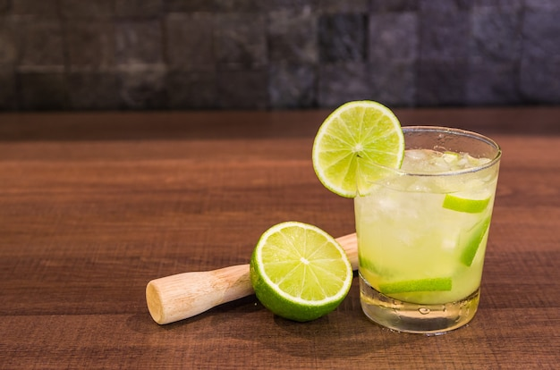 カイピリーニャ、伝統的なブラジルのアルコール飲料、砂糖、レモン、蒸留サトウキビ(カシャーサ)、氷で作られた典型的な飲み物。
