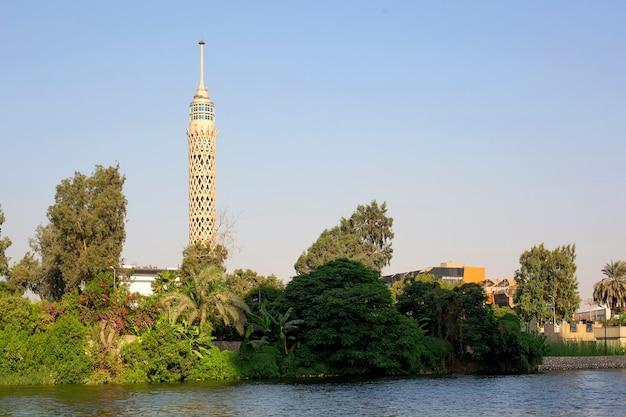 Каирский городской пейзаж со знаменитой башней и рекой нил