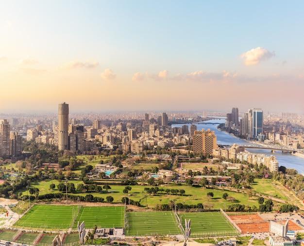 Центр каира, остров гезира, футбольные поля, нил и вид на здания, египет.