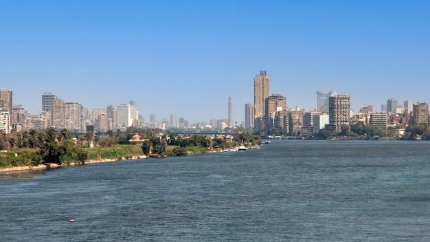 Каир, египет - 13 апреля 2021 года: вид на город каир с густонаселенными жилыми домами и зданиями