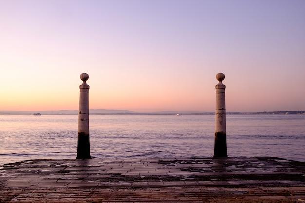 日の出、リスボン、ポルトガルのcais das colunas