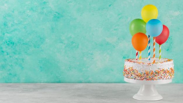 복사 공간 케이크와 다채로운 풍선
