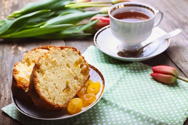 Торт и чашка кофе на старинном деревянном столе