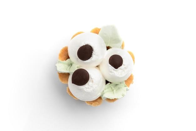 Корзины для торта с кремом на белом фоне.