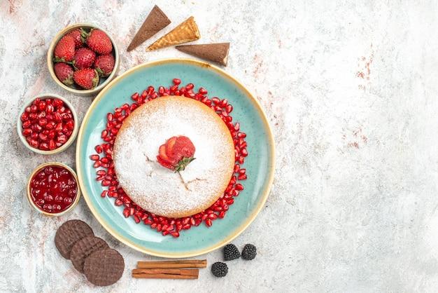 La torta ai frutti di bosco bastoncini di cannella i biscotti al cioccolato e la torta