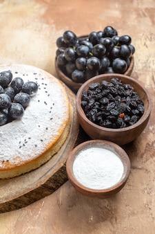 Una torta una torta sulla tavola ciotole di uva zucchero uvetta