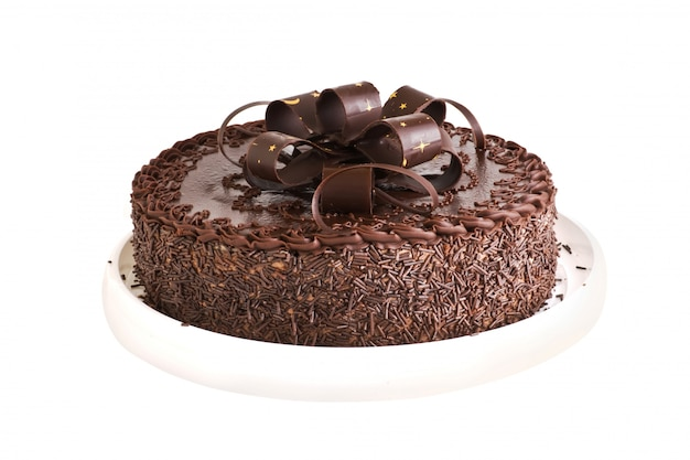 Шоколадный торт на белом фоне