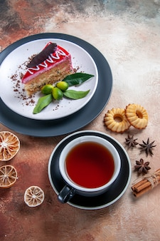 Una torta una tazza di tè una torta anice stellato biscotti alla cannella