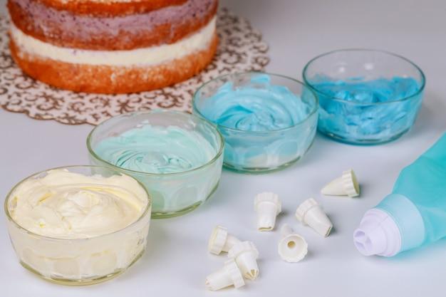 ノズル、ケーキ、クリームが付いたケーキデコレーションバッグ。