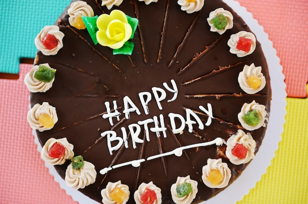 유치원 놀이터에서 생일 파티를위한 케이크