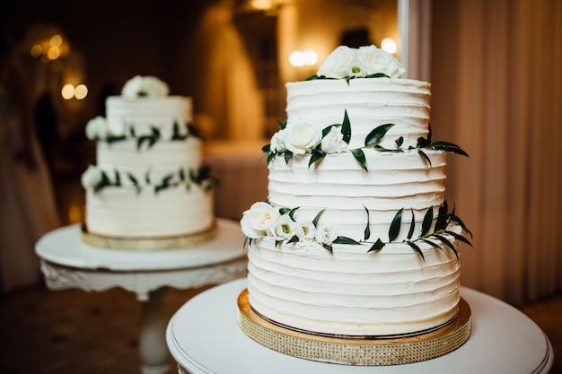 テーブルの上のレストランでケーキ