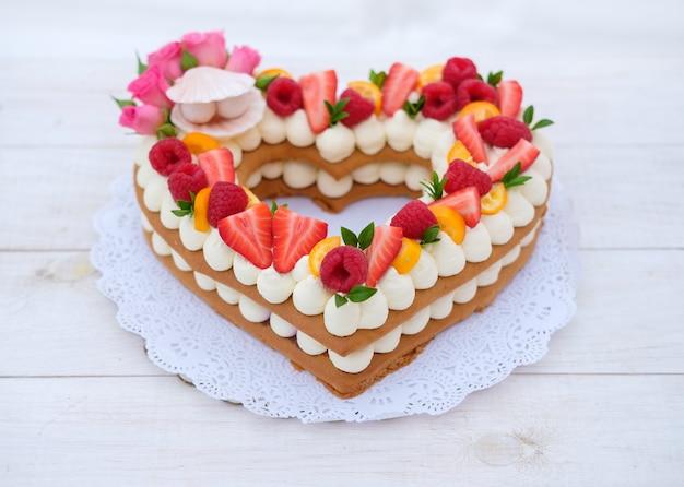 チーズクリームとベリーのハートの形のケーキ