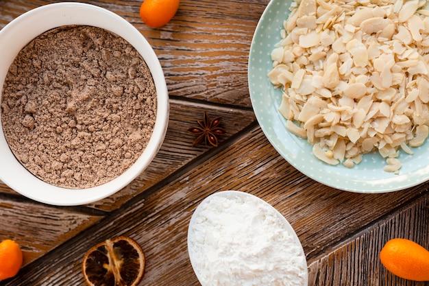 小麦粉ボウルとケーキの材料