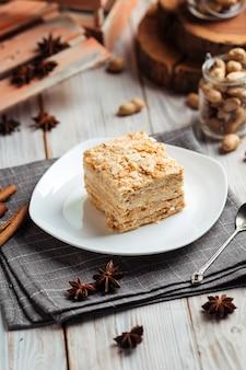 薄いカリカリのケーキとクリームのナポレオンで作られたケーキ
