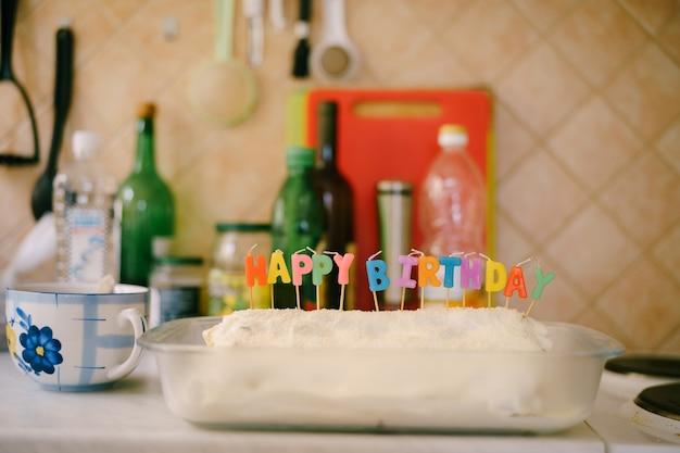 케이크 수도원 izba와 촛불을 넣은 식탁 가정의 아마추어 생일 축하합니다