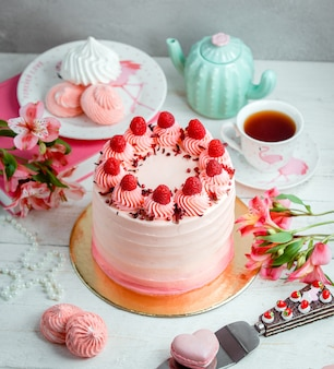 Cake oiled with white cream and garnished with strawberries