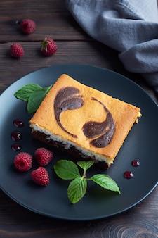チョコレートブラウニーとラズベリーと豆腐チーズケーキのプレート上のケーキ