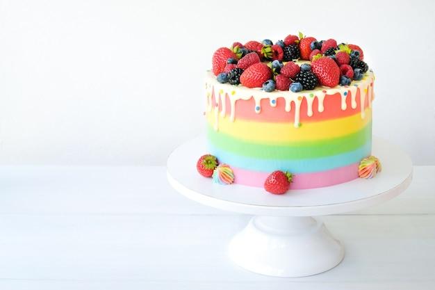 ベリーで飾られたレインボークリームと誕生日のケーキ