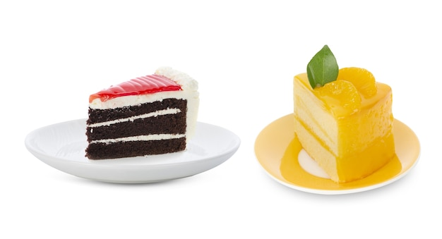 흰색에 흰색 접시에 케이크입니다.