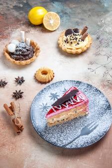 Un piatto di torta di torta con biscotti al cioccolato cupcakes limone anice stellato