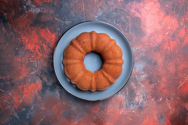 青赤のテーブルの上の食欲をそそるケーキのケーキプレート