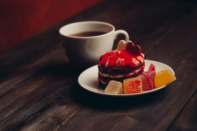 ケーキプレートマーマレードお菓子のクローズアップデザート木製の背景。高品質の写真