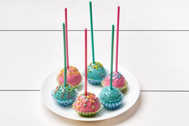 Торт в розово-голубой глазури с разноцветной посыпкой