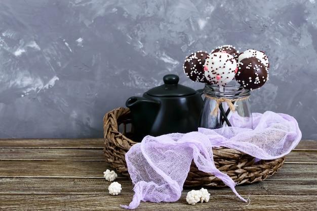 ケーキポップ。チョコレート釉薬の棒に丸いお菓子。